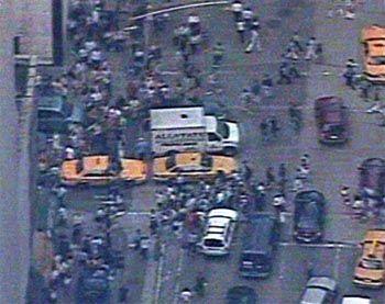 Fußgänger, Taxen und Busse bunt gemischt. Millionen Amerikaner machten sich am Donnerstag zu Fuß auf den Weg nach Hause. Das U-Bahn-System brach durch den Stromausfall völlig zusammen.