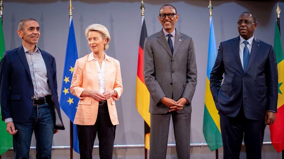Technologietransfer: Biontech-Chef Uğur Şahin, EU-Kommissionspräsidentin Ursula von der Leyen, Ruandas Präsident Paul Kagame und Senegals Präsident Macky Sall (v.l.) am Freitag in Berlin