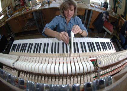 Ruhige Hände gefragt: Instrumentenbauerin Anke Huhn arbeitet an der Mechanik eines Klavieres