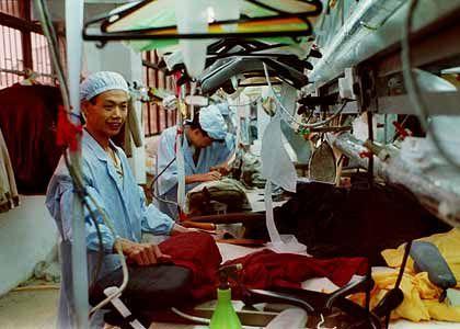 Nähen und schneidern: Im arbeitsintensiven Bekleidungssektor hat China inzwischen eine überragende Weltmarktstellung.