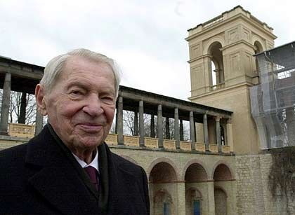 In Potsdam: Werner Otto vor dem restaurierten Westturm des Belvedere