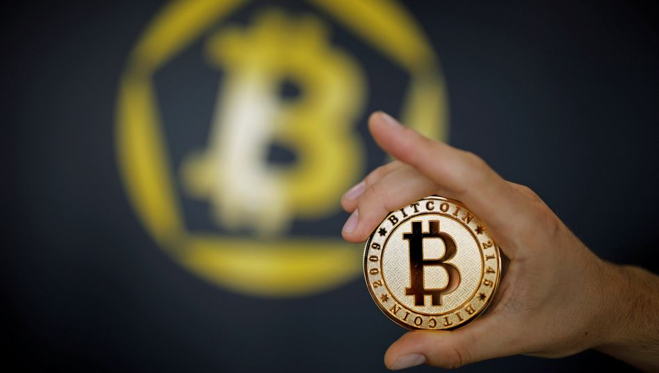 Bitcoin: Die Digitalwährung unterliegt starken Schwankungen - am Freitag notierte sie noch bei rund 10.000 Dollar