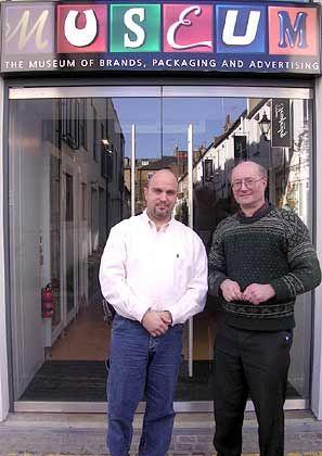 """Sammler unter sich: Robert Opie (r.), im Bild gemeinsam mitGastautor und Markenmuseum-Betreiber Michael Paul, begann 1963 im Alter von 16 Jahren britischeVerpackungen und Werbeanzeigen zu sammeln. 1975 präsentierte er die Ausstellung """"The Pack Age: A Century of Wrapping It Up"""" im Londoner Victoria & Albert Museum. 1984 eröffnete Opie ein Museum in Gloucester und im Dezember 2005 schließlich mit Chris Griffin, dem Inhaber einer Designagentur, das """"Museum of Brands"""" in London."""