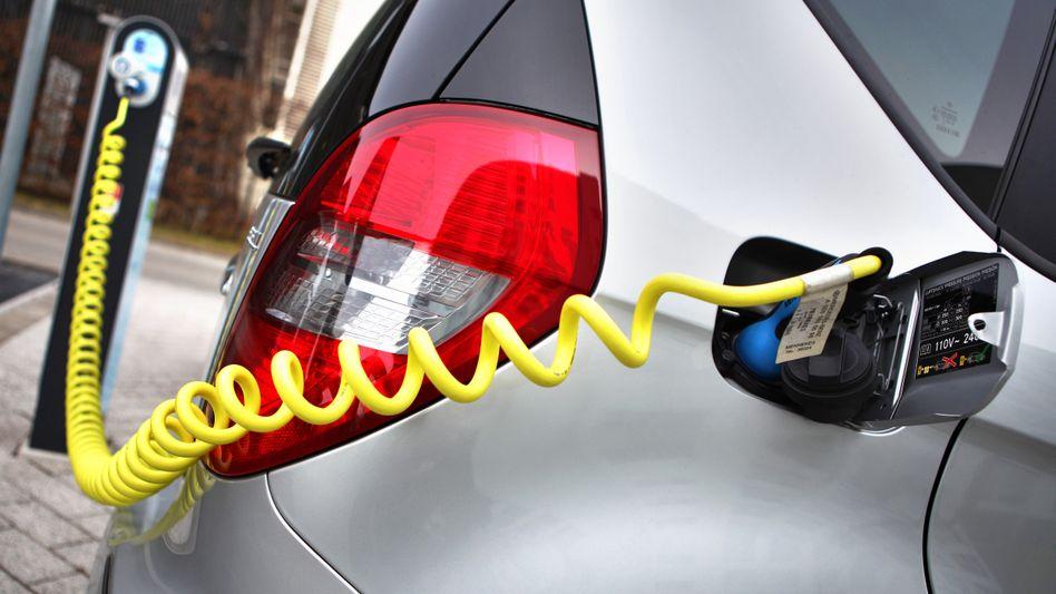 Elektroauto an einer Ladesäule: Ein neuer Akku von soll die Vollladung in nur fünf Minuten bewältigen - doch die Praxis-Erprobung steht noch aus