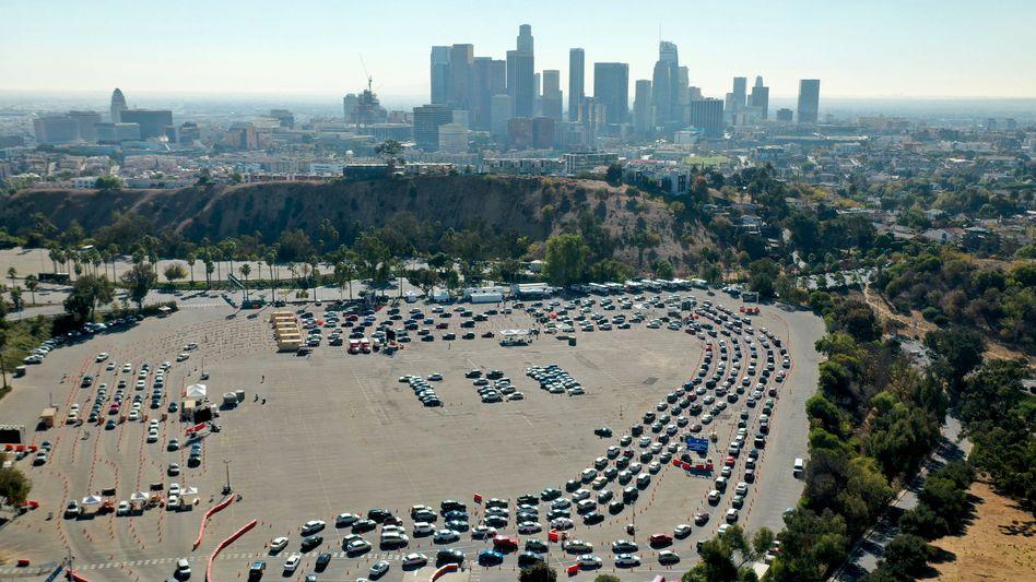 Gelähmte Weltwirtschaft: Warteschlange vor Corona-Testzentrum in Los Angeles