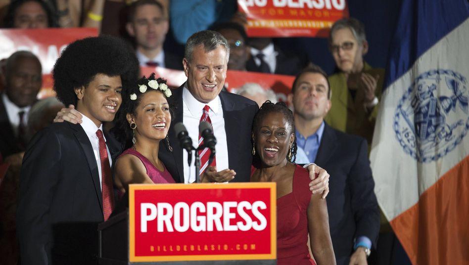 Überlegen gewonnen: Der neue New Yorker Bürgermeister Bill de Blasio (2. v. rechts) mit seiner Familie