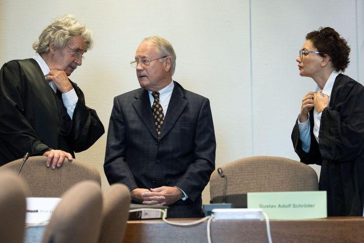 Ex-Sparkassenchef Gustav Adolf Schröder (rechts) vor Gericht: Die Ankläger werfen Schröder schwere Untreue zu Lasten der Sparkasse sowie Bestechlichkeit vor