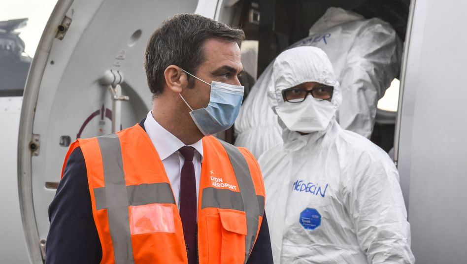 Frankreichs Gesundheitsminister Olivier Véran steigt in Lyon aus einem medizinischen Hilfsflugzeug