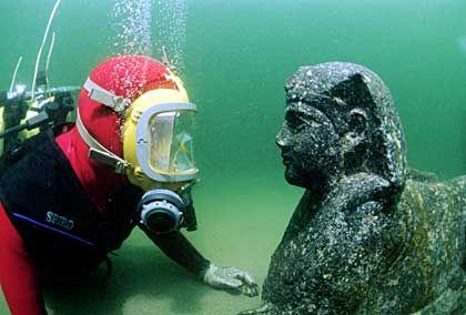 Auge in Auge: Franck Goddio mit einer Sphinx aus schwarzem Granit