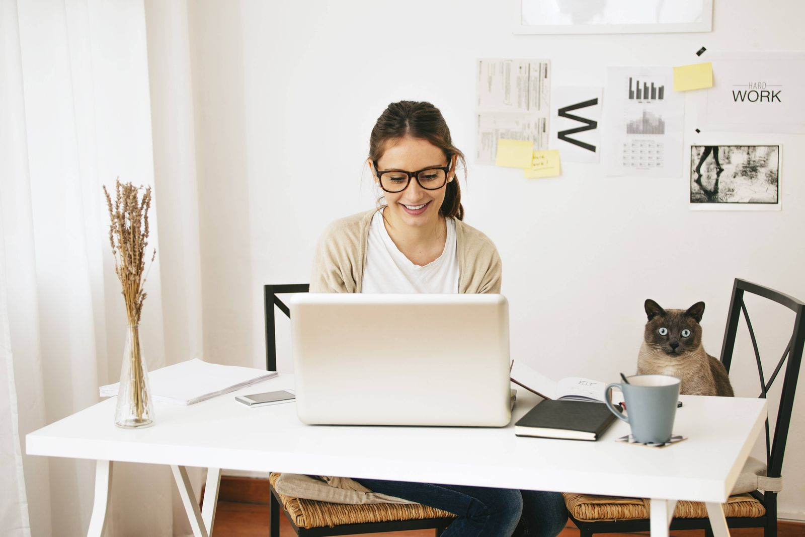 Woman and her cat sitting at desk model released property released PUBLICATIONxINxGERxSUIxAUTxHUNxON