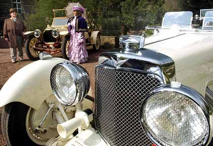 Blank poliert: Ein Peugeot aus dem Jahr 1905, im Vordergrund steht ein Aston Martin Le Mans von 1930
