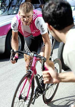 Vergeblicher Kampfgeist: Jan Ullrich kann derzeit nicht mit Armstrong mithalten