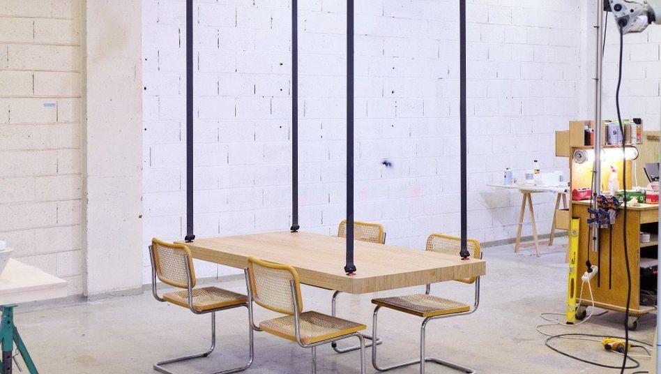 AUFGEDECKT Die Andockstation an der Decke schafft Platz im Raum