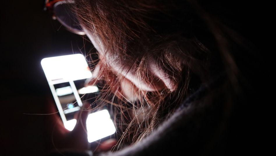 Mobilfunkvertrag nicht gekündigt? Das kann teuer werden, doch die Bundesregierung will Verbrauchern hier mit einem neuen Gesetz helfen