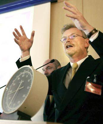UMTS-Hype im Jahr 2000: Der ehemalige Chefregulierer Scheurle hinter der Stoppuhr, die die Auktionsintervalle überwacht
