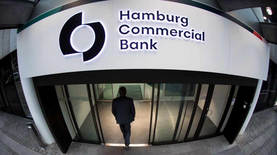 Ungebetener Besuch: Zentrale der Hamburg Commercial Bank