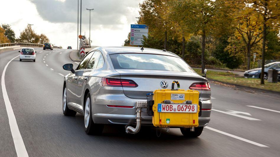 Ein Volkswagen mit einem mobilen Abgas-Testgerät unterwegs