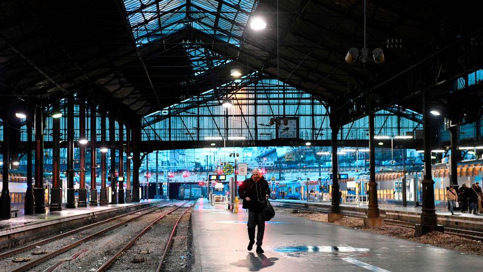 Gare Saint-Lazare in Paris: Der Bahnverkehr im gesamten Land ist mit Beginn der Streiks massiv gestört. Zu Weihnachten droht in Frankreich nun ein Verkehrschaos.