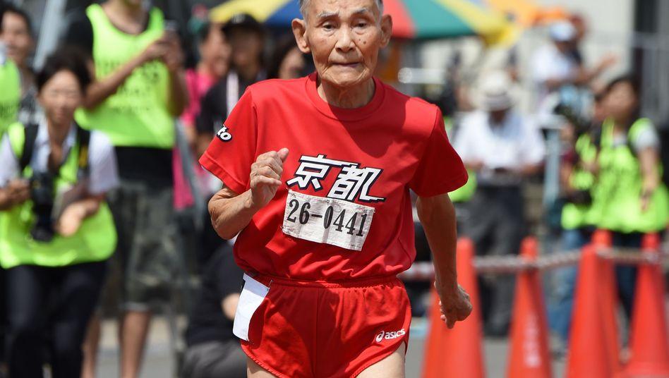 Fit im Alter: Der 105jährige Hidekichi Miyazaki im Jahr 2015 beim Laufsport. Er muss nicht mehr arbeiten - die jüngeren Senioren in Japan dagegen schon