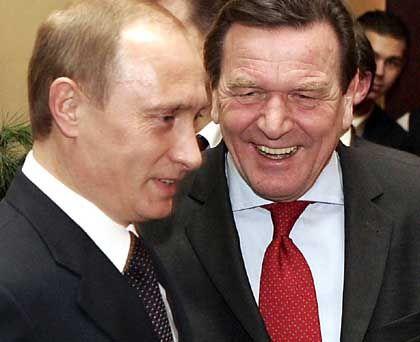 """Wladimir Putin, Gerhard Schröder in Hamburg: """"Yukos ist keine Frage der deutsch-russischen Beziehungen"""""""
