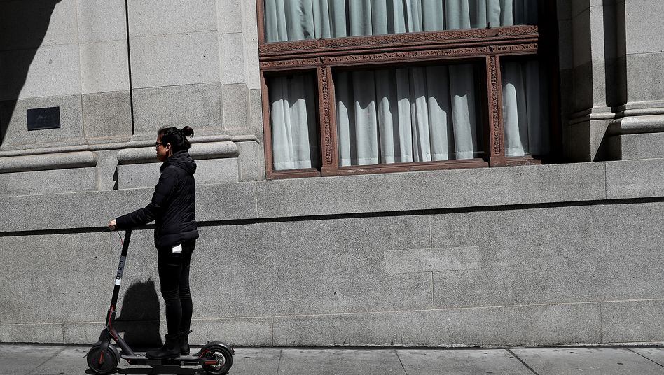 Passant auf elektrischem Bird-Scooter in San Francisco: Für die Nutzer ist das Ausleihen per App bequem ...