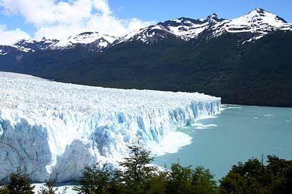 Naturschauspiel: Vom Gletscher Perito Moreno donnern im Halbstundentakt mächtige Eisblöcke in den angrenzenden Argentino-See
