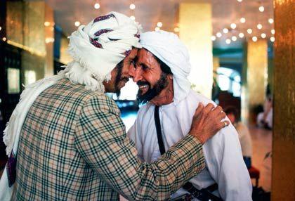 Traditionelle Begrüßung: Der Bruderkuss ist unter Männern noch immer üblich