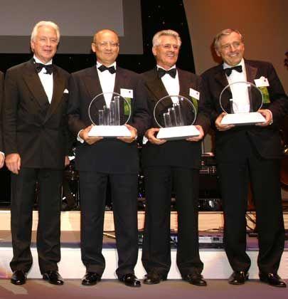 Bitte lächeln: (v. l.) Gastgeber Alfred Müller (Ernst & Young) mit den Preisträgern Ulrich Schwanengel (Consol, IT), Heinrich Baumgartner (BBS, Industrie) und Erich Sixt (Sixt AG, Dienstleistung)
