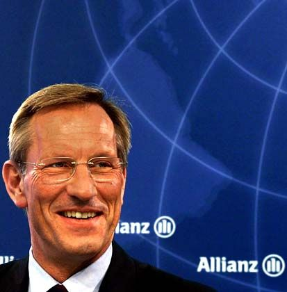 Michael Diekmann (50) dominiert als Vorstandsvorsitzender der Allianz hier zu Lande die Versicherungsbranche und beeinflusst über ein immer noch stattliches Beteiligungsportfolio auch etliche Konzerne. Auf die Machtausübung außerhalb seines Hauses legt der uneitle Manager allerdings weniger Wert als seine Vorgänger. Zwar gehört er den Aufsichtsräten von BASF, Linde und Lufthansa an. Doch Diekmann will das Allianz-Imperium nicht weiter ausbauen, sondern konsolidieren und sich von überflüssigen Beteiligungen trennen. Mehr als auf das Knüpfen externer Netzwerke konzentriert sich Diekmann darauf, das eigene Unternehmen in puncto Profitabilität an die Weltspitze heranzuführen.
