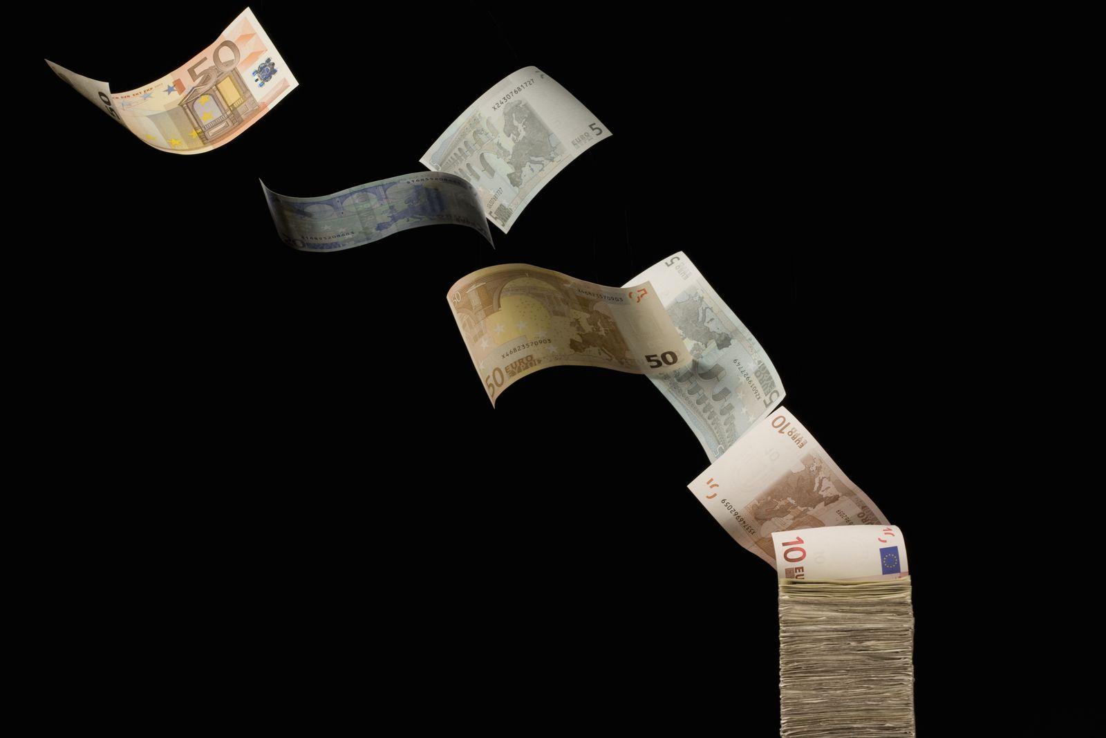 NICHT MEHR VERWENDEN! - Geld / Geldstapel / wegfliegen /