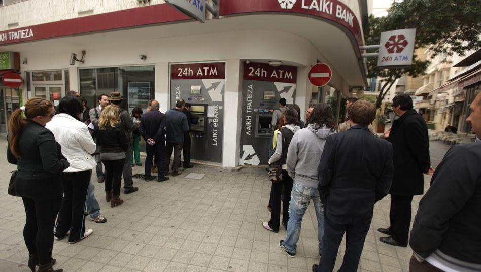 Warteschlange vor einem Laiki-Bankautomat: Zypern rüstet sich für die Bankenöffnung am Donnerstag