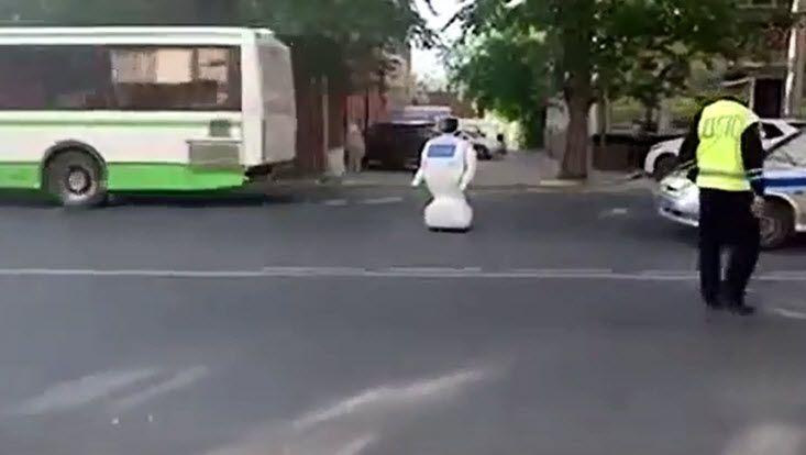 Verkehrshindernis in Perm: 50 Meter weit entkam der Promobot seinem Testgelände - dann war der Akku leer