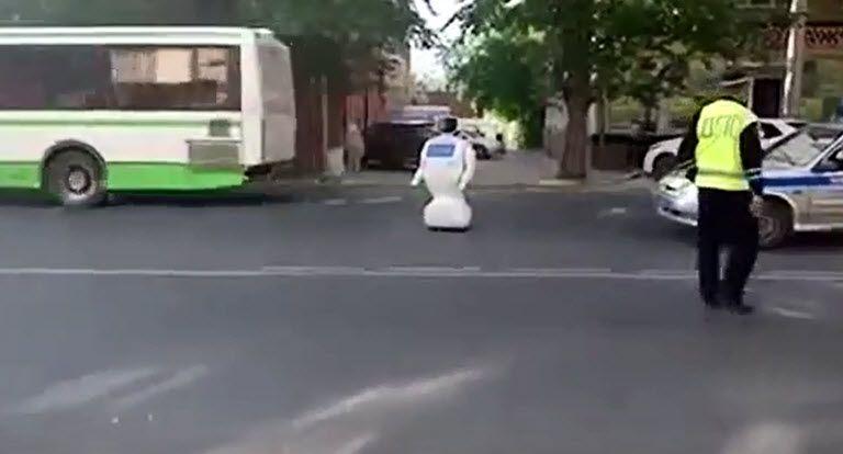 EINMALIGE VERWENDUNG Screenshot NUR ALS ZITAT Roboter