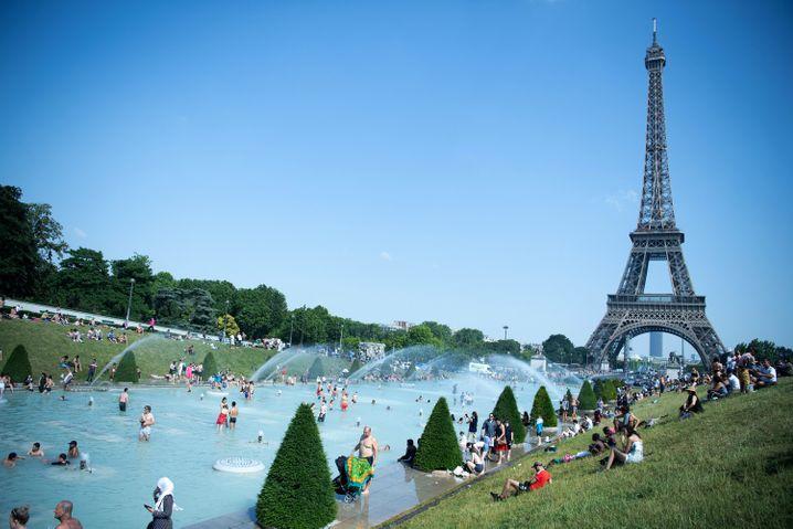 Badende Menschen am Trocadero: Bilder, die aktuell weitweg sind