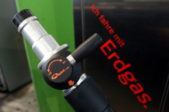 Zapfpistole an einer Tankstelle für Erdgasautos