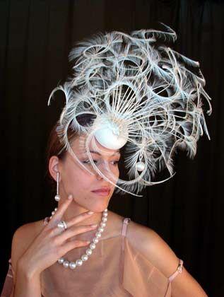 """Kunstwerke für den Kopf: Das Label """"Ornito"""" steht für extravagante Kompositionen aus Federn und Perlen"""