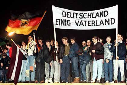 """Sehnsucht nach Wohlstand: Die Wiedervereinigung beantwortetdie """"deutsche Frage"""" vor allem wirtschaftlich"""