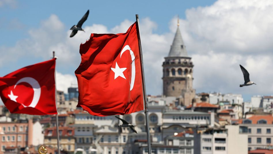 Türkische Flaggen wehen vor dem Stadtbild und dem Galataturm in Istanbul