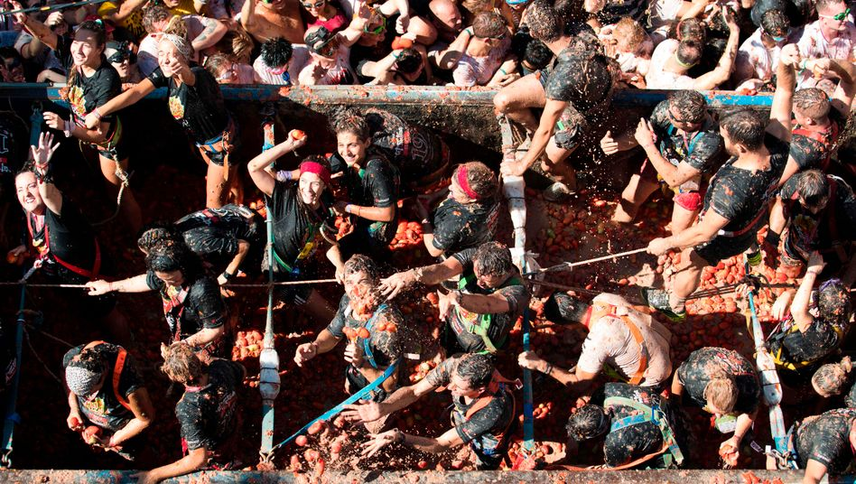 """Spanier beim """"Tomatina""""-Festival in Bunol: Das Land sichert seine Bürger künftig per Grundeinkommen ab."""