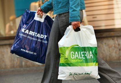 Vielleicht vor gemeinsamer Zukunft: Experten halten Zusammenschluss von Karstadt und Kaufhof unter Umständen nur unter Auflagen für genehmigungsfähig