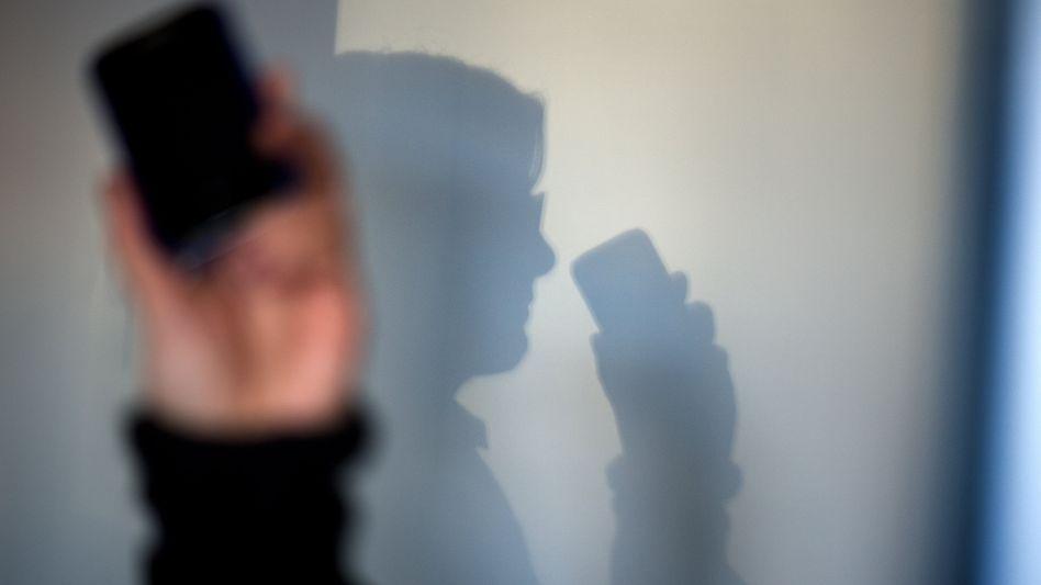 Keine verdeckte Handyortung von Kontaktpersonen durch Gesundheitsbehörden: Zum Schutz der Bevölkerung vor einer weiteren Ausbreitung des Coronavirus war dies offenbar geplant. Das Vorhaben lässt Gesundheitsminister Jens Spahn jetzt vorerst fallen.