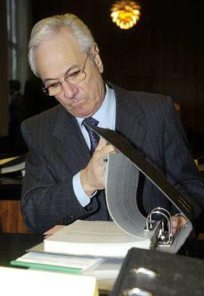 Selbstleseverfahren: Joachim Funk bei der Aktenlektüre