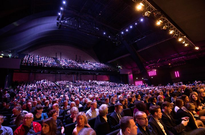 Trainieren Sie Ihre Bühnenpräsenz, dann macht Ihnen auch ein großes Publikum kein Lampenfieber.