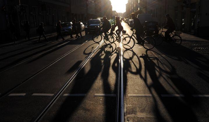 Radfahrer im Gegenlicht: Für Menschen wie für hochauflösende Kameras eine Herausforderung