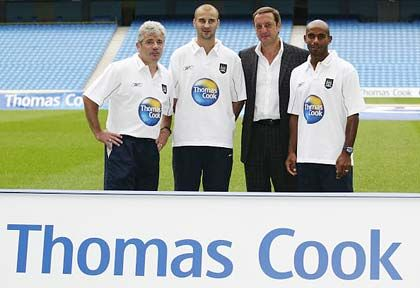 Balljunge: Geschäftlich hält Fontenla (2. v. r.) zu Manchester City (2003 mit dem damaligen Manager Kevin Keegan, l.); privat schwärmt er für Chelsea London