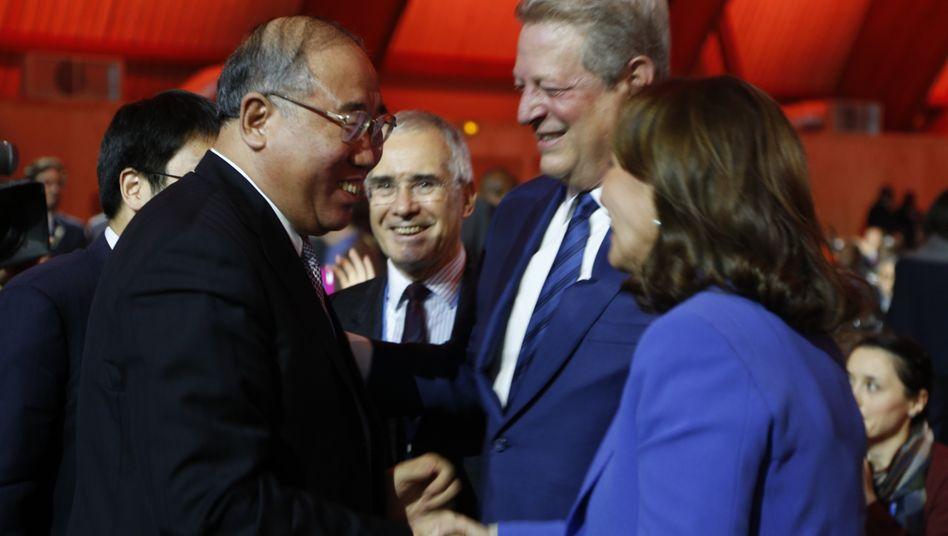 Chinas Klima-Gesandter Xie Zhenhua (L) , Frankreichs Umweltministerin Segolene Royal (und Ex-US-Vizepräsident Al Gore: Die Erderwärmung soll begrenzt werden - die Staaten haben einen historischen Vertrag geschlossen