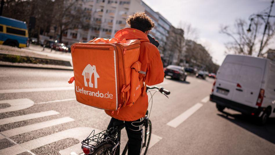 Lieferando-Kurier in Berlin: Das Unternehmen bietet seinen Fahrern unbefristete Verträge an