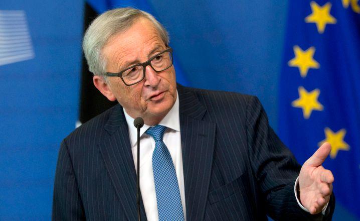 Luxleaks: Jean-Claude Juncker ist Luxemburger, Präsident der Europäischen Kommission. Von 1989 bis Juli 2009 war er Finanzminister und von 1995 bis Dezember 2013 Premierminister Luxemburgs sowie von 2005 bis 2013 Vorsitzender der Euro-Gruppe. Er hat immer bestritten, von der systematischen Steuerhinterziehung, die luxemburgische Behörden Unternehmen und vermögenden Privatmenschen ermöglicht hat, gewusst zu haben