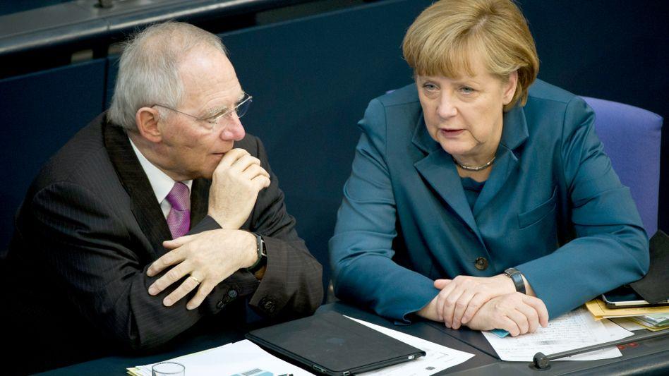 Nachdenklich: Noch sperren sich Kanzlerin Merkel und ihr Noch-Finanzminister Schäuble gegen Steuererhöhungen - die meisten Deutschen hätten kaum etwas dagegen
