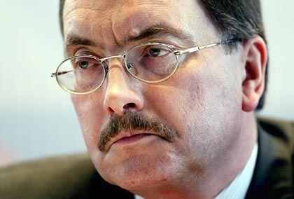 Jürgen Stark (60), Mitglied des Direktoriums der Europäischen Zentralbank, gilt als stabilitätspolitischer Falke. In den 90er Jahren sorgte er als Staatssekretär im Bundesfinanzministerium für die Einführung des Stabilitätspakts, der solide Staatsfinanzen in der Währungsunion garantieren sollte.